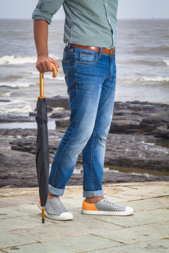 Here's what I did to my jeans, I rolled them up from the bottom, just a wee bit, to show off my ankles. Not only does this add a nice, modern touch to your look but it also keeps the bottom of your jeans dry. We are talking about monsoon fashion after all.