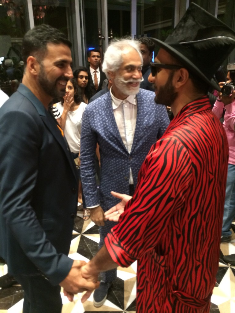 This was one of the evening's OMG moments. Akshay Kumar and Ranveer Singh (on two opposite poles of the style spectrum) having a little tete-a-tete. The lady in the background can't seem to believe her eyes.