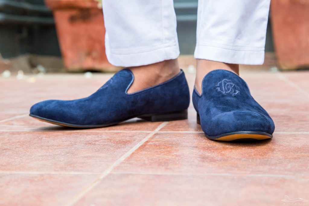 I pair it with simple white trousers so that the focus remains on the shoes.