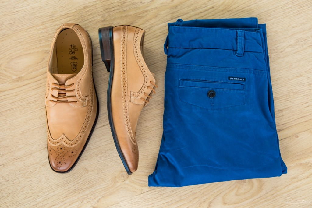 Coloured trousers seem to be all the rage these past few seasons. I personally love this trend. When it comes to pairing shoes with coloured chinos, I always like to offset the trousers with shoes of another colour. So both stand out equally.