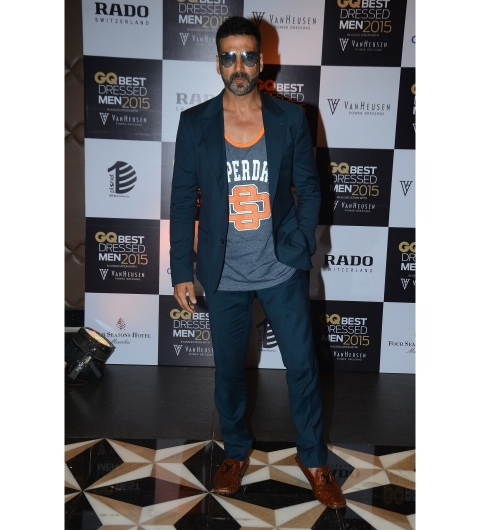 The star of the evening, Akshay Kumar, rocking a Superdry singlet with a navy suit and tan loafers. Akki's style quotient seems to be getting better with time.