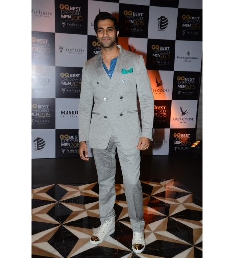 I also liked Akshay Oberoi's simple but trendy look. He rocked this double-breasted suit with a pair of sneakers and made it look snazzy indeed.